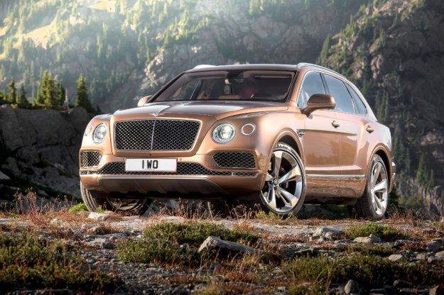 Bentleya Bentayga luksusowy krążownik nadjeżdza