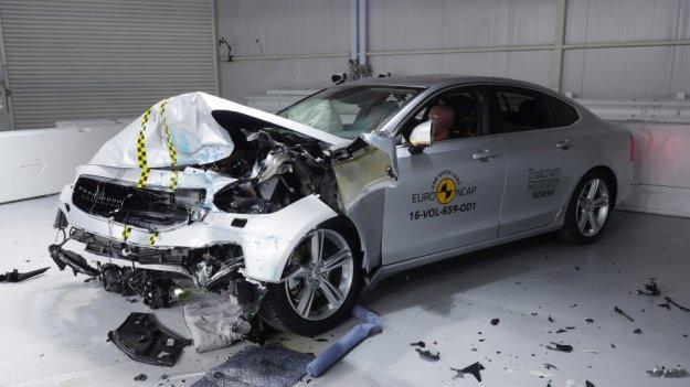 Bezkonkurencyjne Volvo i mało bezpieczny Mustang