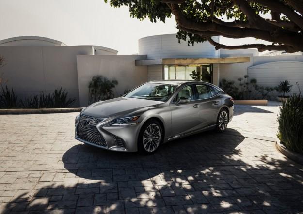 Piąta generacja modelu Lexus LS 500 sama ominie przeszkodę