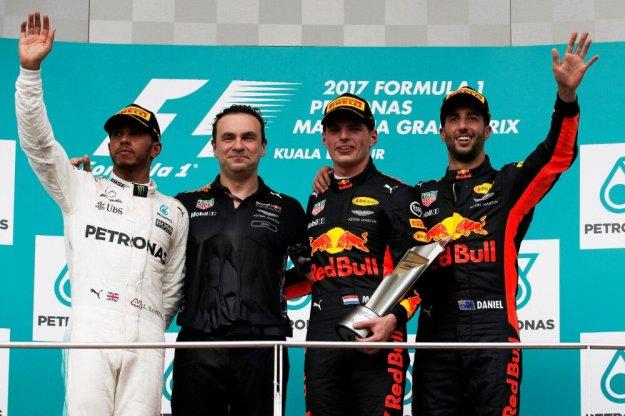 F1 Malezja, Varstappen wygrywa, Hamilton powiększa przewagę