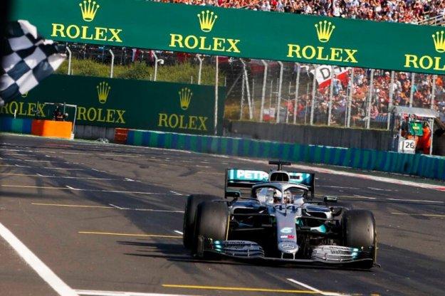 Hamilton umacnia się na prowadzeniu przed letnią przerwą