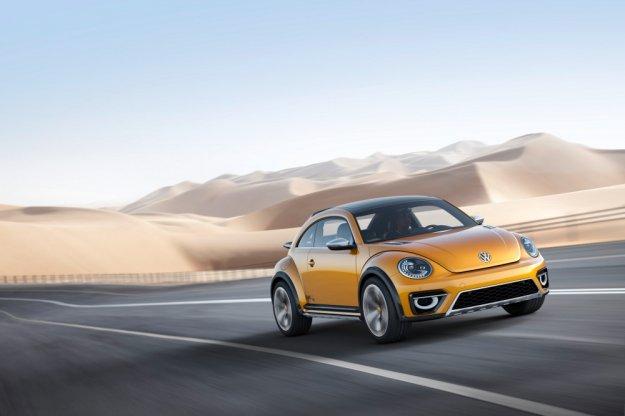 Mały, popularny VW Beetle, gotowy na sezon zimowy