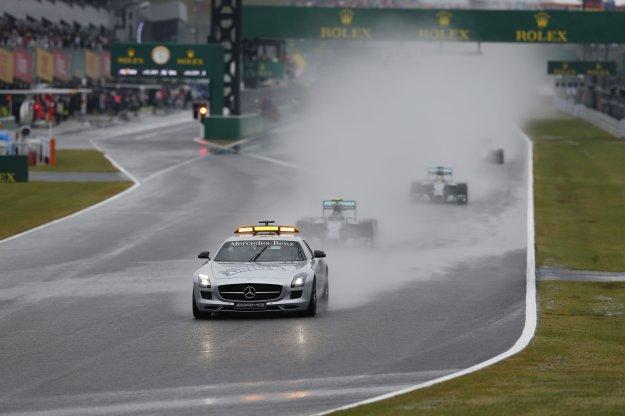 Deszczowa aura nad torem wyścigowym w Japonii